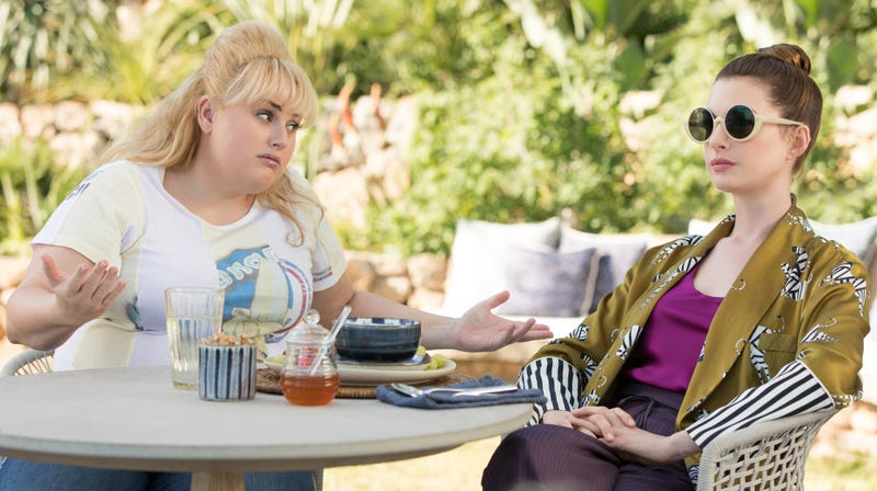 Illustration for article titled Anne Hathaway and Rebel Wilson's new comedy The Hustle pulls an inelegant con