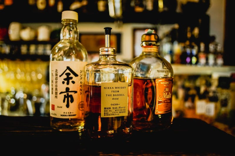 La ciencia lo confirma: añadir un chorrito de agua al whiskey mejora su aroma y sabor