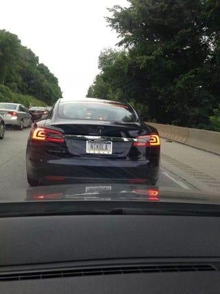 Illustration for article titled Ez itt nyilván a legmenőbb Tesla-rendszám a világon