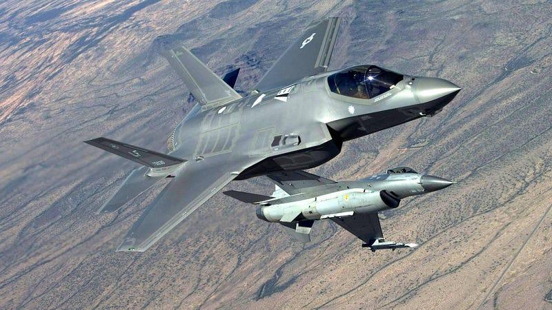 Illustration for article titled El casco del F-35 es tan grande que no permite a los pilotos maniobrar