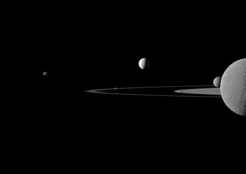 Illustration for article titled Five of Saturn's Moons in One Breathtaking Photo
