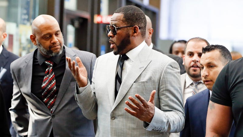 R. Kelly arrives at the Leighton Criminal Courthouse on June 06, 2019 in Chicago, Illinois to face new charges of criminal sexual abuse.