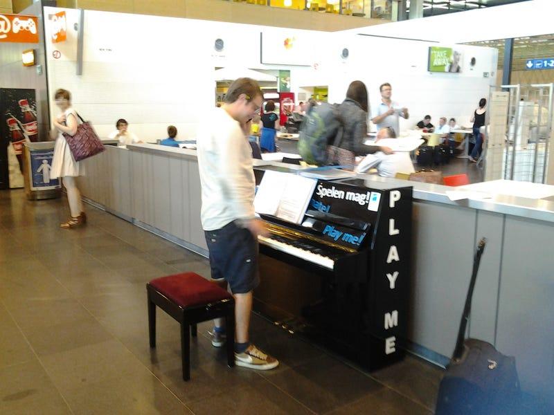 Illustration for article titled Egy zongorába botlottam a reptéren, amihez bárki odaülhet játszani