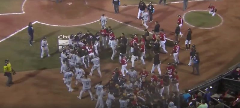 Illustration for article titled Mexican League Teams Brawl While Fans Throw Crap At Them