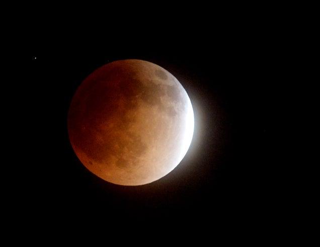 El eclipse lunar total de hoy, en imágenes