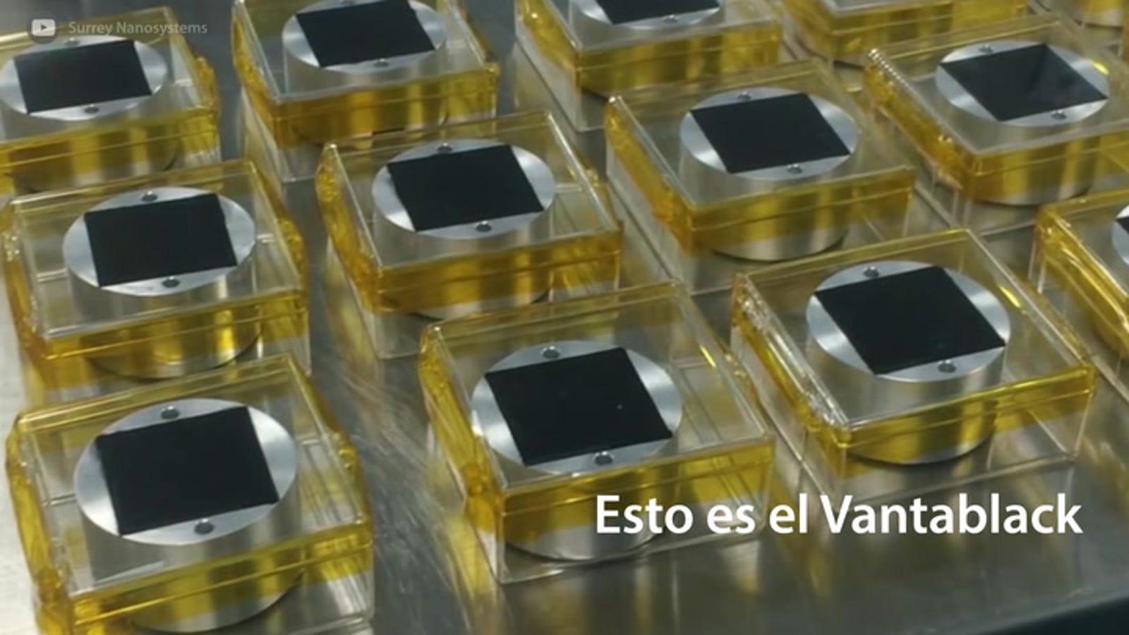 Científicos logran rociar un objeto con el material más negro del mundo (y da mucho miedo)