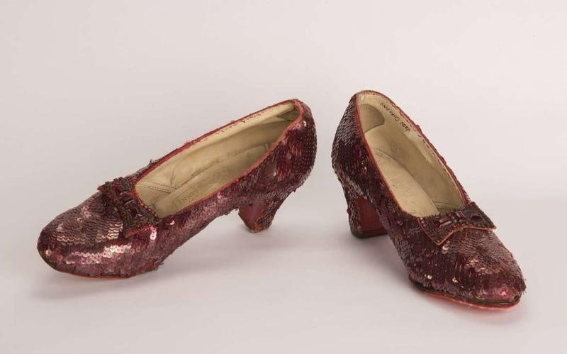 Illustration for article titled 13 años después, el FBI encuentra los zapatos robados de Dorothy en la mítica películaEl Mago de Oz