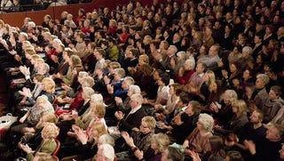 Illustration for article titled Handelre akart tömegszörfölni az angol tudós, kidobták a koncertről