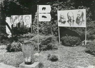 Illustration for article titled Balra Kádár, jobbra Lenin, középen az elefánt