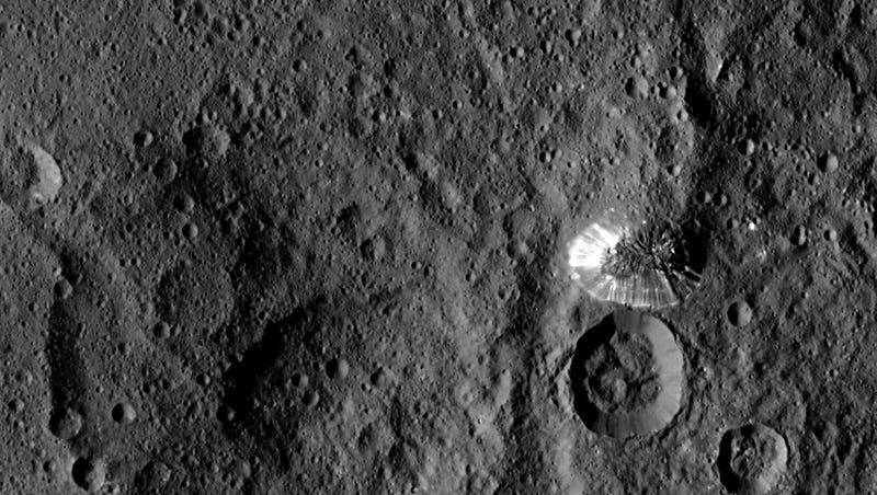 Illustration for article titled El monte más extraño de Ceres es aún más raro de cerca