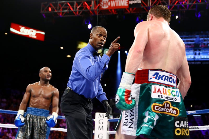 Illustration for article titled Mayweather Dominates Canelo In The Eyes Of Everyone Except One Judge
