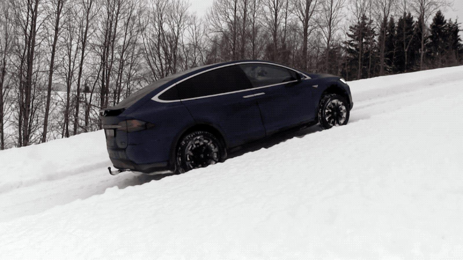 Un Tesla Model X supera a un Hummer H2 escalando una pendiente completamente nevada
