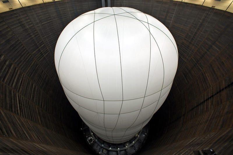 """Illustration for article titled Construyen una gigantesca """"catedral"""" de tela encerrada en un antiguo tanque de gas"""