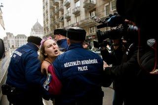 Illustration for article titled Félmeztelen Femen-aktivistát vittek el a rendőrök a Parlament mellől