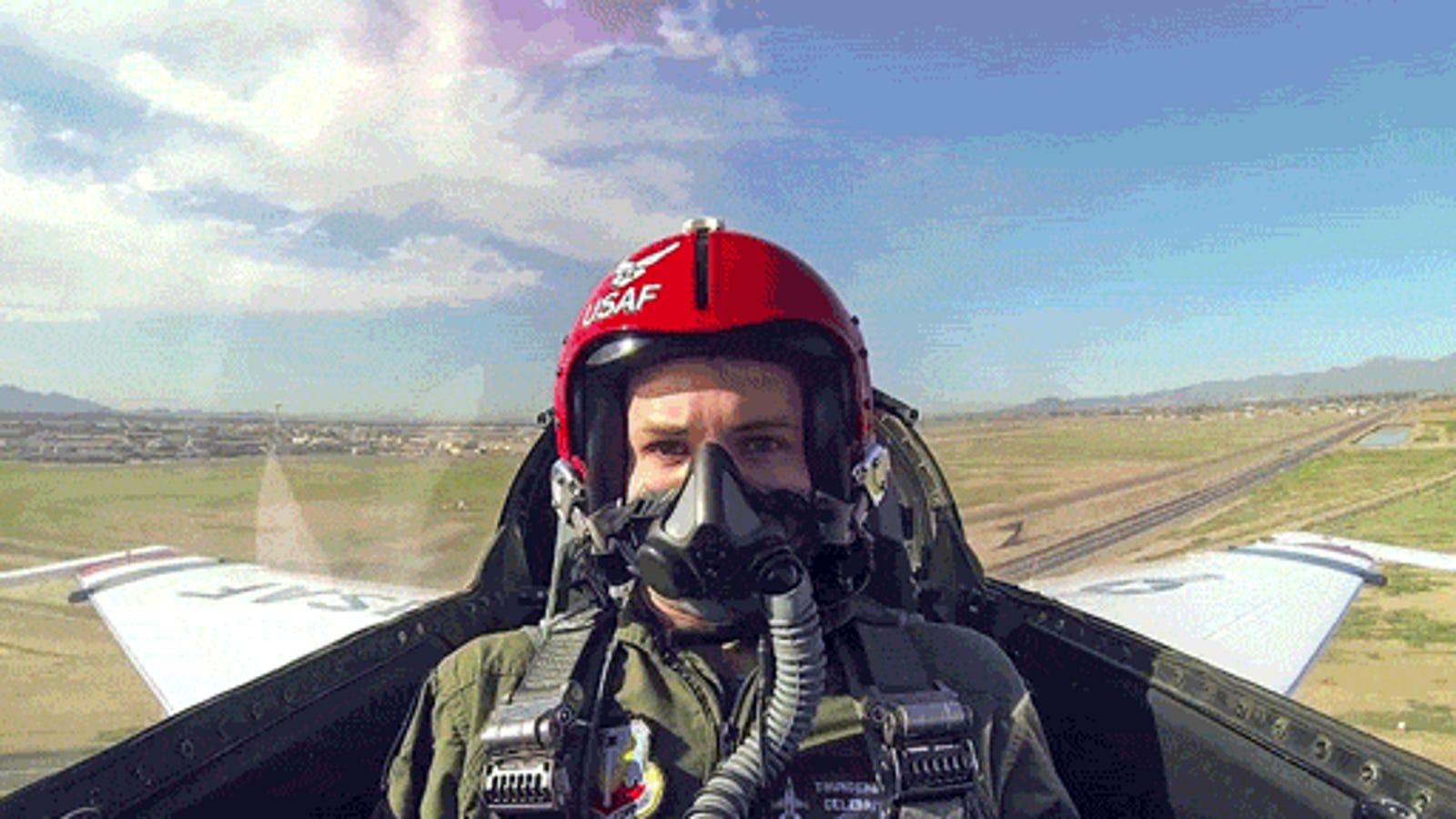 Cómo reacciona una persona normal al volar por primera vez en un F-16