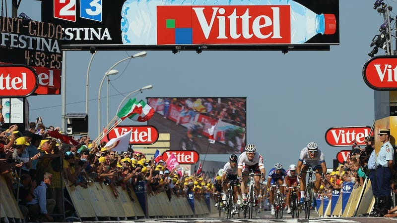 Illustration for article titled Fan Douses Tour de France Cyclist With Piss