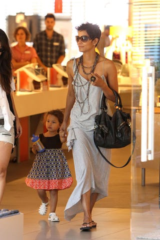 Illustration for article titled Halle Berry & Daughter Are Very Stylish Shoppers