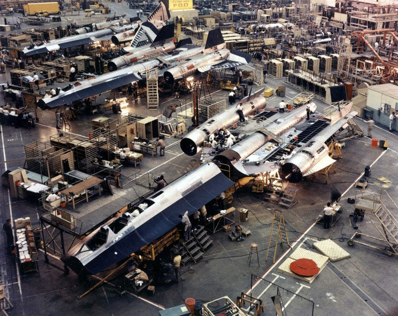 Illustration for article titled Fascinating photos reveal how they built the SR-71 Blackbird