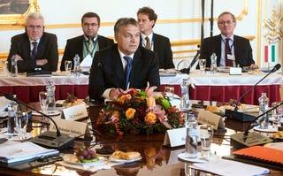 """Illustration for article titled A Népszava megint ledobta az """"Orbán elnökségbe menekül"""" bombát"""