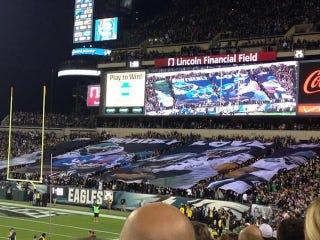 Illustration for article titled Eagles Fans Screw Up Huge Banner