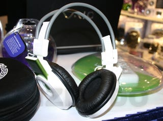 Illustration for article titled Mutant iPod nano+headphone Headphones: Feh