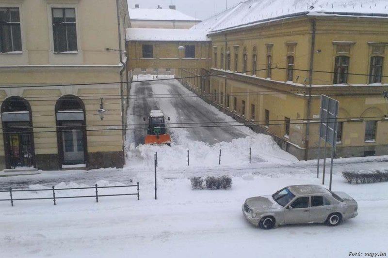Illustration for article titled Debrecenben először a képviselők parkolóját takarították