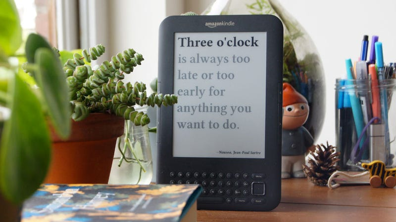 Illustration for article titled This Guy Figured Out How to Turn an Old Kindle Into the Perfect Clock for Book Nerds