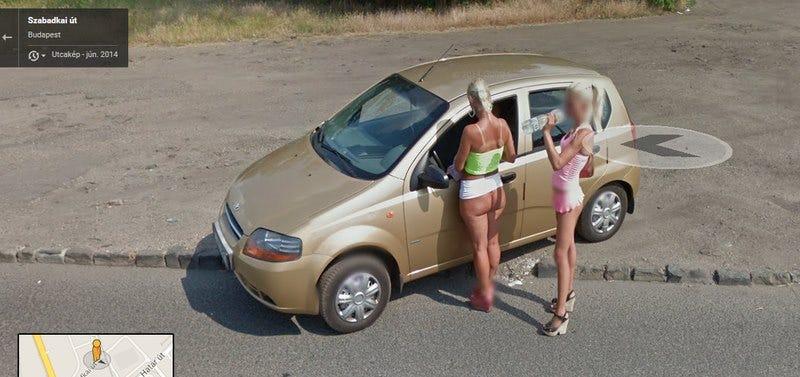 Illustration for article titled Hol látni egy utcaszakaszon ennyi kurvát a Google Street Viewban?