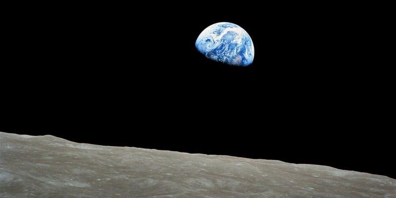 Illustration for article titled 50 años de Earthrise: cómo se hizo la icónica imagen que cambió nuestra percepción de la Tierra