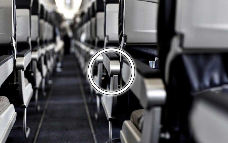Illustration for article titled Hay un botón oculto en el asiento del pasillo de los aviones que te permite tener más espacio