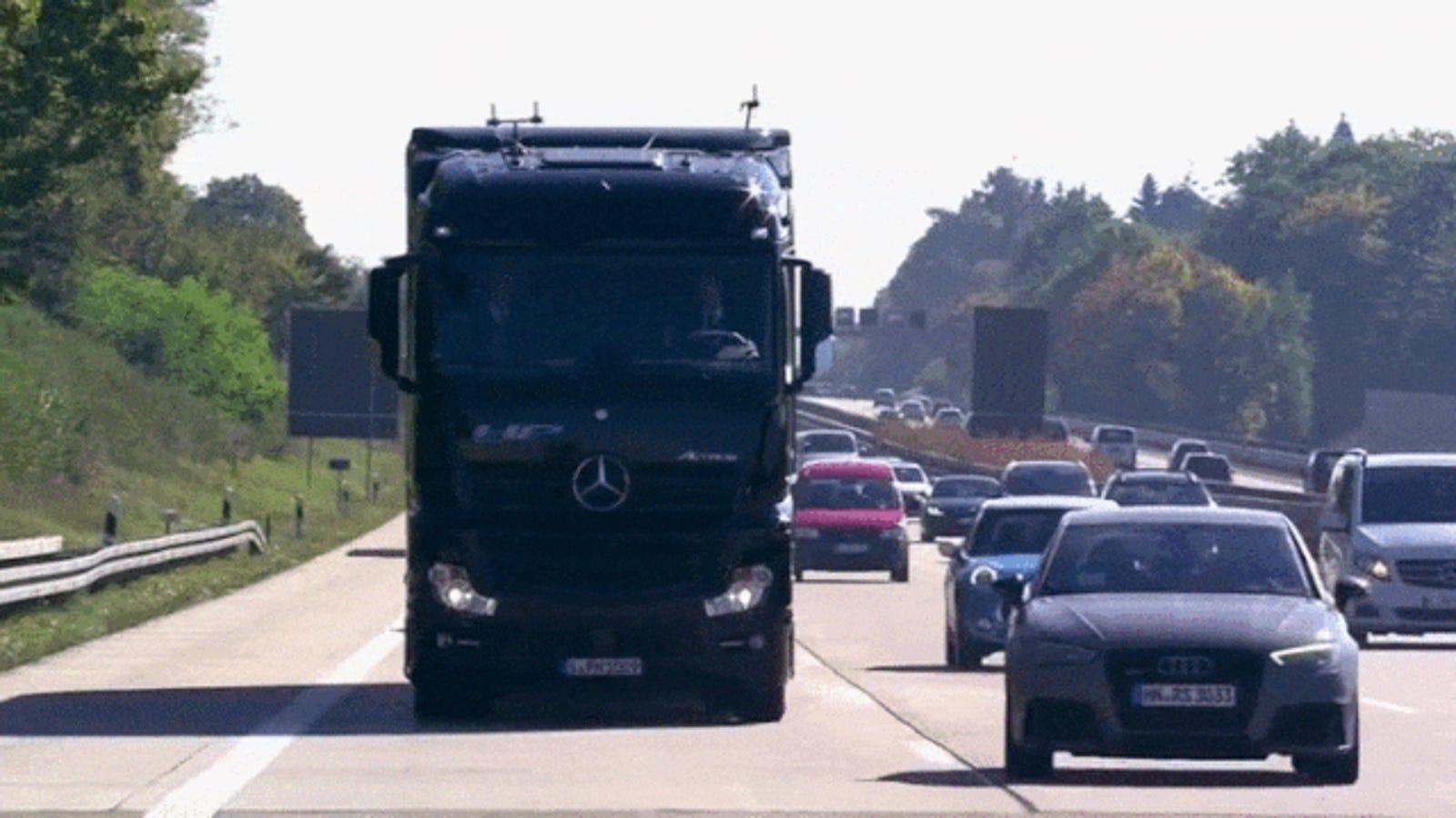 Mercedes-Benz saca a pasear su camión autónomo por la autopista