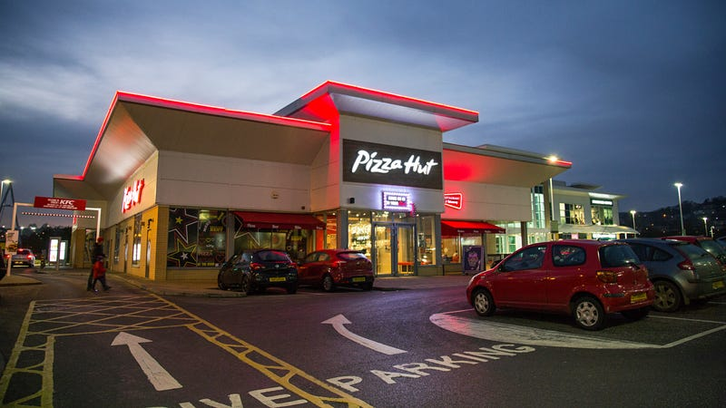 Illustration for article titled Pizza Hut to tempt you into ordering Pizza Hut by also delivering beer