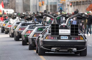 Illustration for article titled This car parade of DeLoreans is the coolest thing