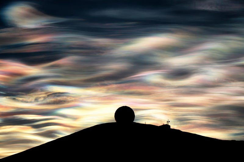 Illustration for article titled A nacreous cloud glistens over Antarctica