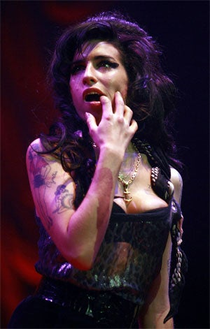 Illustration for article titled Amy Winehouse Pisses Off Fans While On The Piss