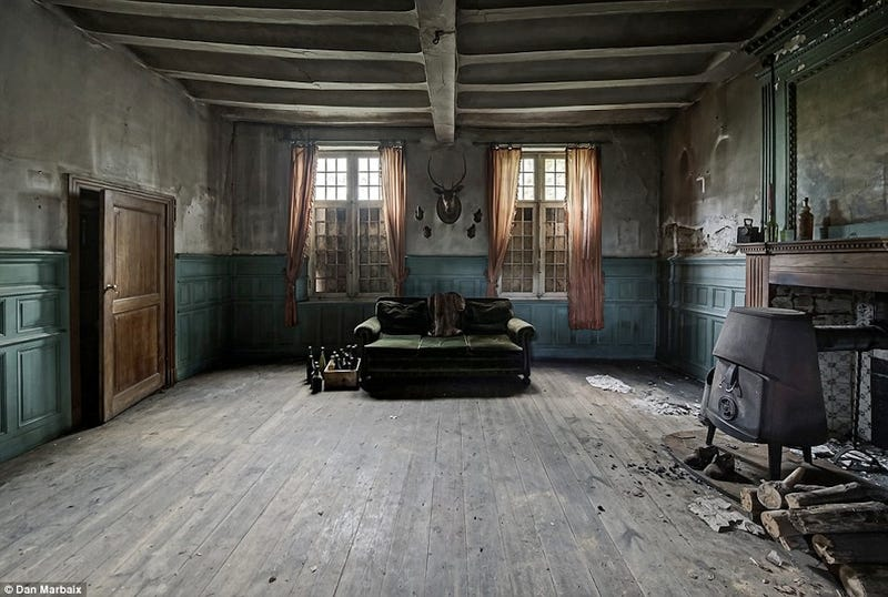 Illustration for article titled Abandoned House Is Straight Out Of A Horror Flick
