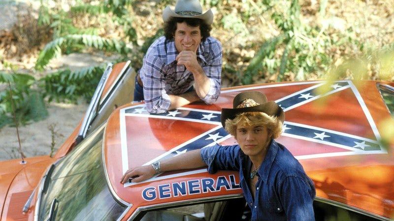 Bo and Luke Duke alongside the General Lee