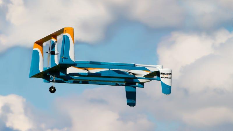 Ya están aquí. Así son los drones de Amazon que repartirán paquetes en media hora