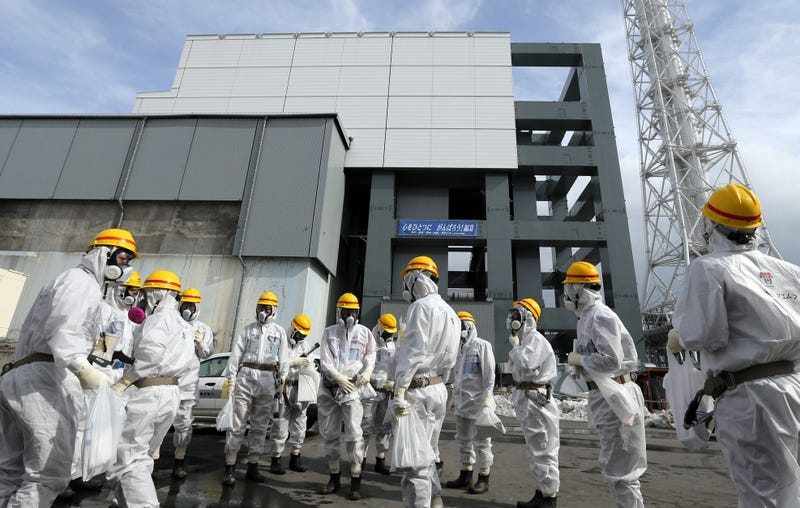 Trabajadores retirando combustible en el edificio del reactor N ° 4 de la central nuclear de Fukushima.AP