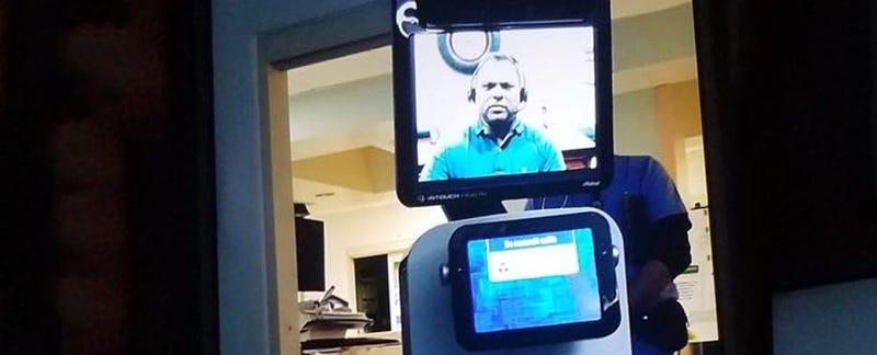 """Illustration for article titled """"Es posible que no llegue a casa"""": un doctor le comunica a un paciente que va a morir a través de la pantalla de un robot del hospital"""