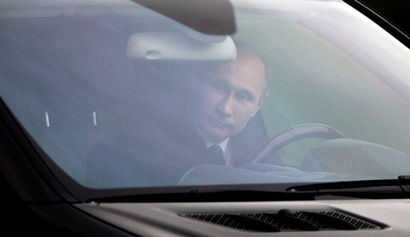 Vladimir Putin conduciendo un coche (que no es un Tesla) en la Plaza Roja de Moscú. (Foto: AP Images)