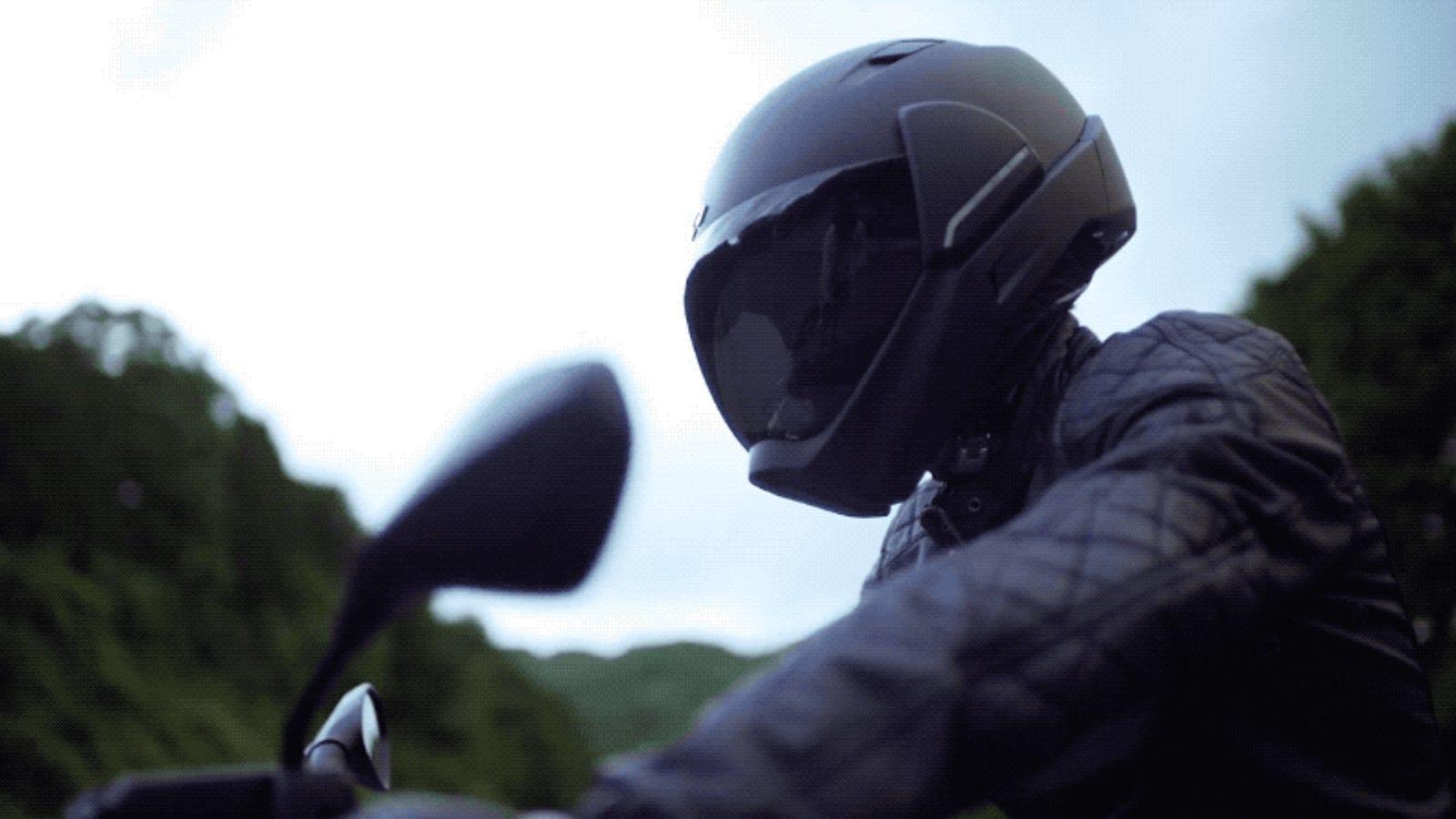 Este casco para moto tiene visión de 360 grados y controles táctiles, pero te costará lo suyo