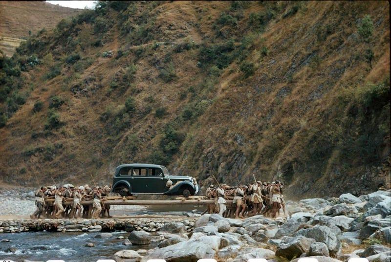 Illustration for article titled Qué demonios hacen 60 hombres cargando un antiguo Mercedes Benz de Hitler por las montañas de Nepal