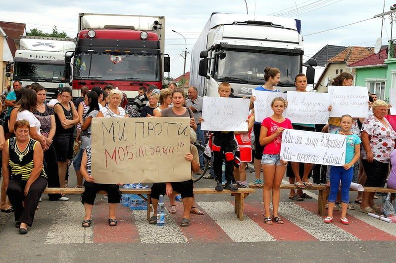 Illustration for article titled Főutakat zártak le Kárpátalján, a mozgósítás ellen tiltakoznak