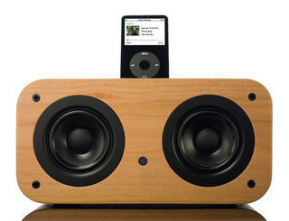 Illustration for article titled Vers 2X Wooden iPod Sound System