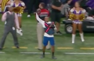Minnesota Vikings ball boy makes one-handed catch. Twitter