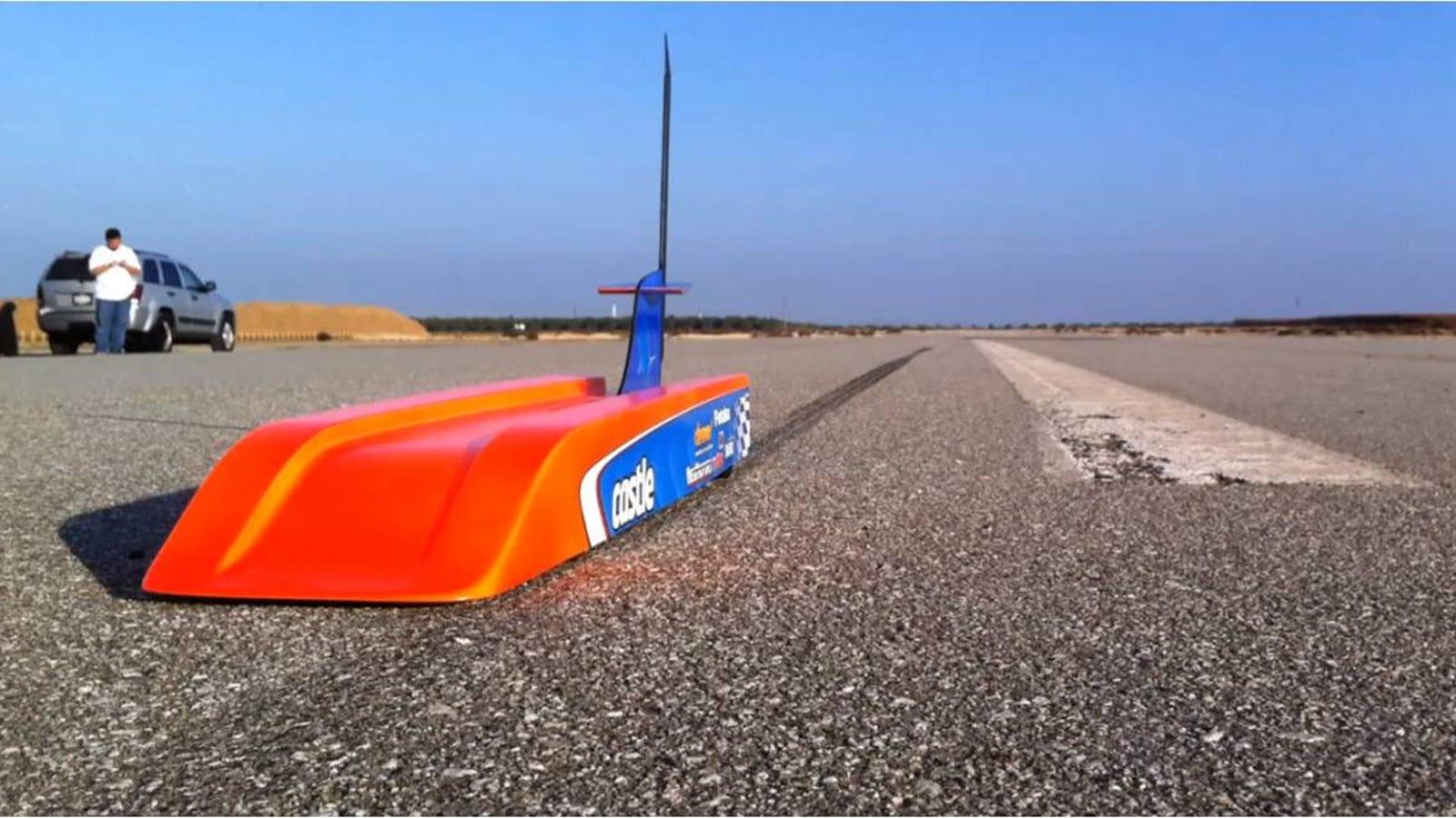Este coche de radiocontrol alcanza los 300 kilómetros por hora