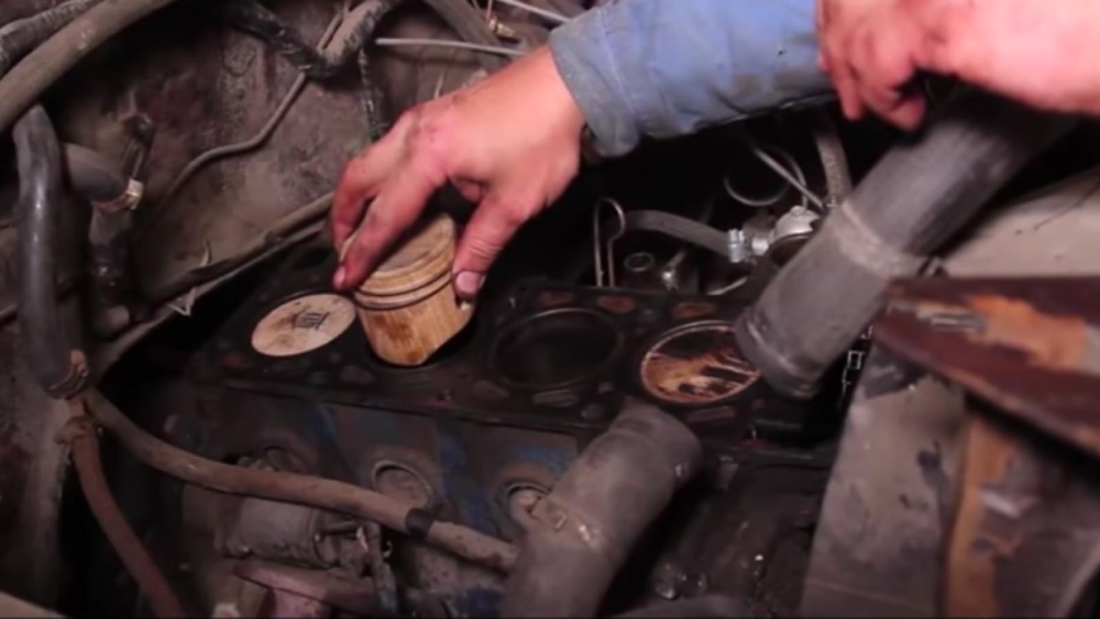 Esto es lo que pasa si instalas cuatro pistones de madera en el motor de tu coche
