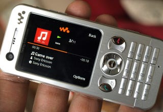Illustration for article titled Lightning Review: Sony Ericsson W890i Walkman Phone (Great, No Nonsense Candybar Phone)