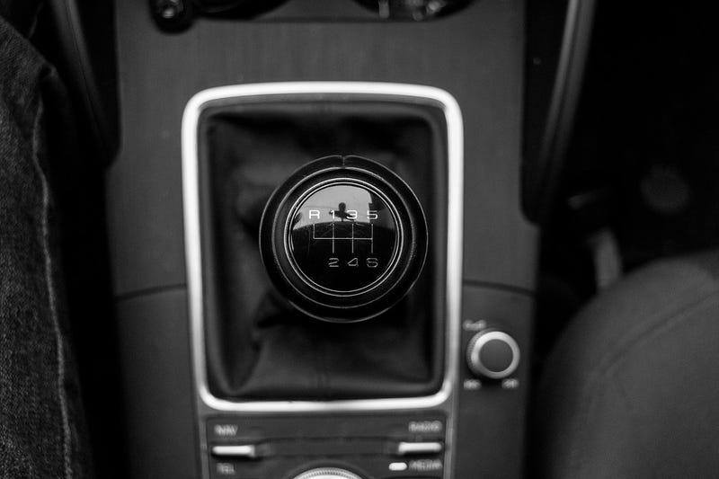 Illustration for article titled Cinco cosas que jamás debes hacer al conducir un vehículo de transmisión manual (y que probablemente haces)